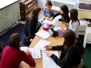 Au centre d'apprentissage libre Le chemin de l'éveil, les plus grands aident les plus petits.