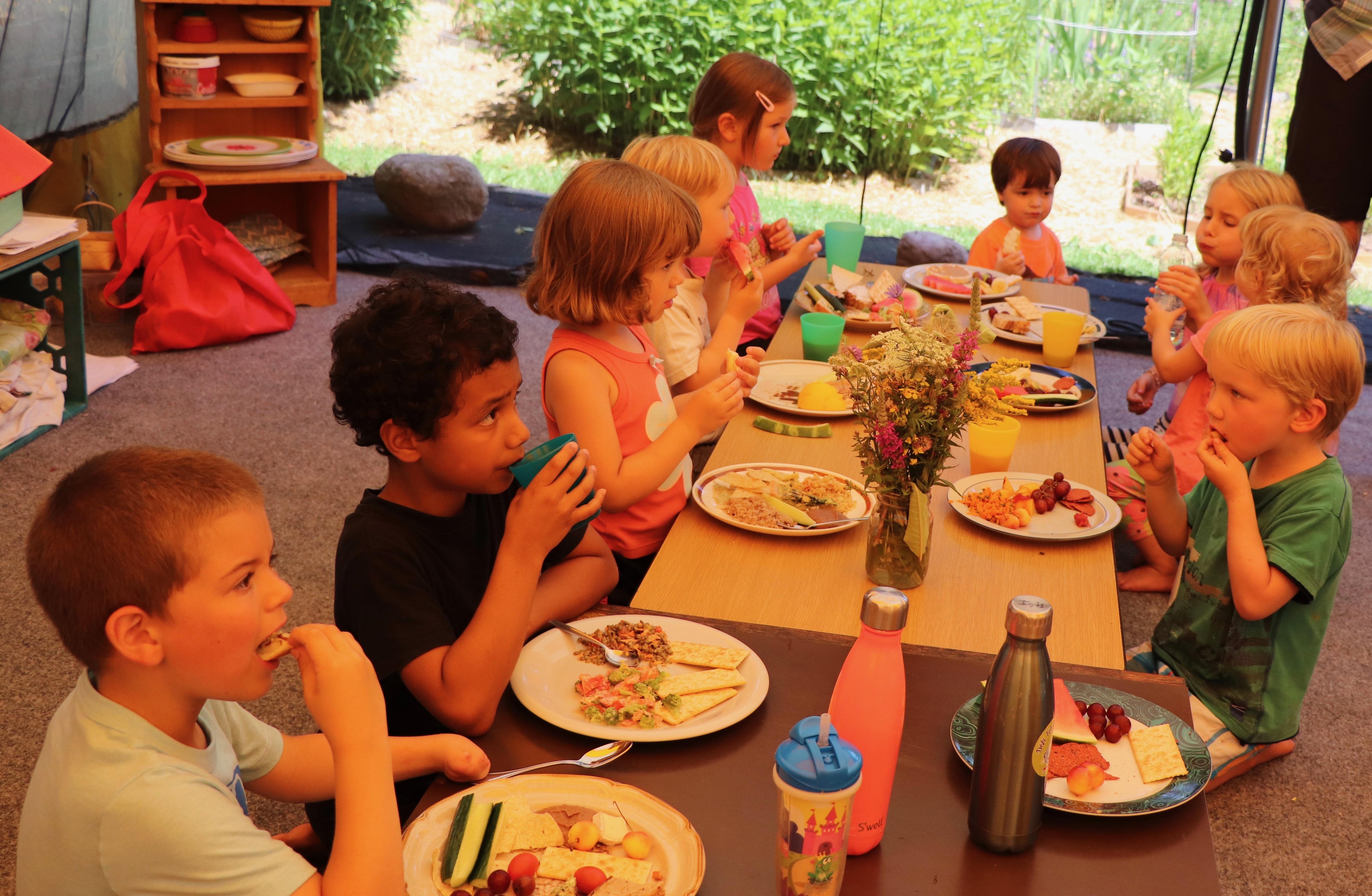 Le repas des enfants dans la cuisine d'été