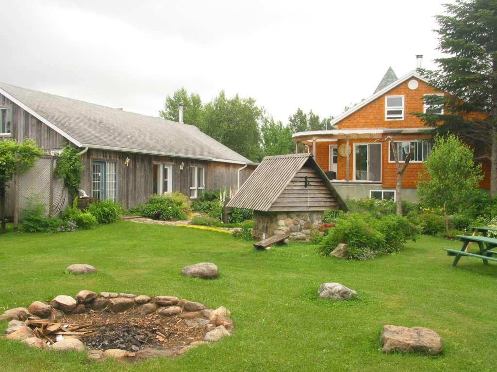 Les principaux bâtiments de l'École de vie consciente, qui abrite aussi le centre d'apprentissage libre Le chemin de l'éveil